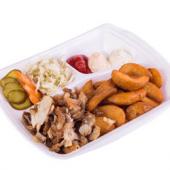 Блюдо на тарелке с мясом цыпленка